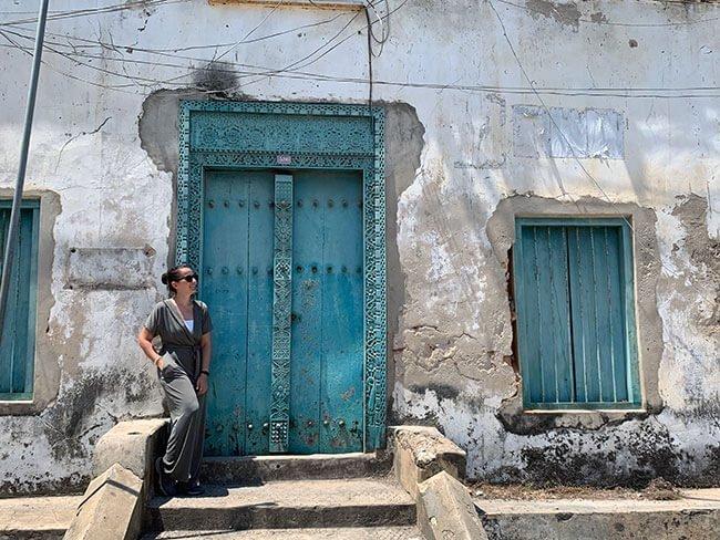 Las fachadas y puertas de las casas de Stone Town en Zanzíbar tienen un aire de mucha decadencia