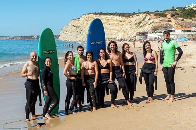 Todo el equipo listo para practicar surf en Lagos, Portugal (foto de www.nadaincluido.com)