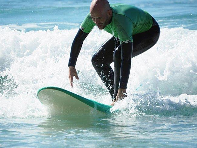 Finalmente pudimos aprender algo de surf en Lagos, Portugal (foto de www.viajarlocuratodo.com)