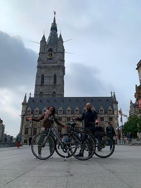 Con nuestras bicis en la Torre Belfort
