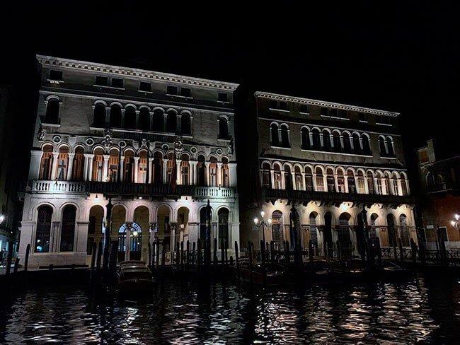 El aspecto de Venecia de noche es precioso