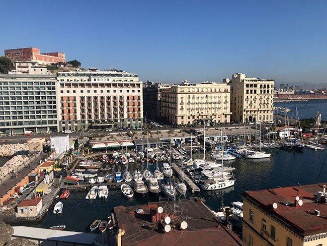 Vistas del puerto de Nápoles desde el Castel dell'Ovo
