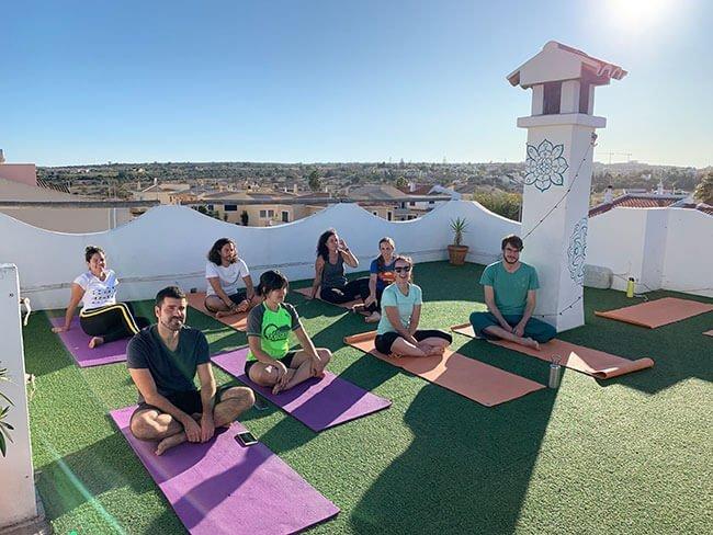 Preparados para la clase de yoga en el alojamiento Bura Surf House de Lagos, Portugal