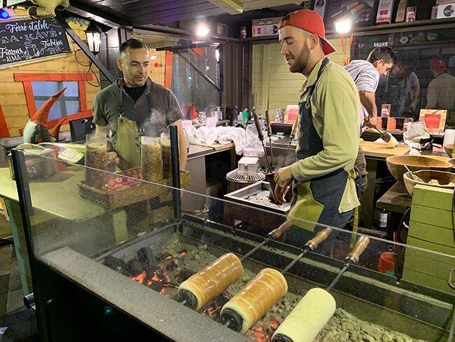 Un puesto de Kürtöskalács el dulce típico de Budapest