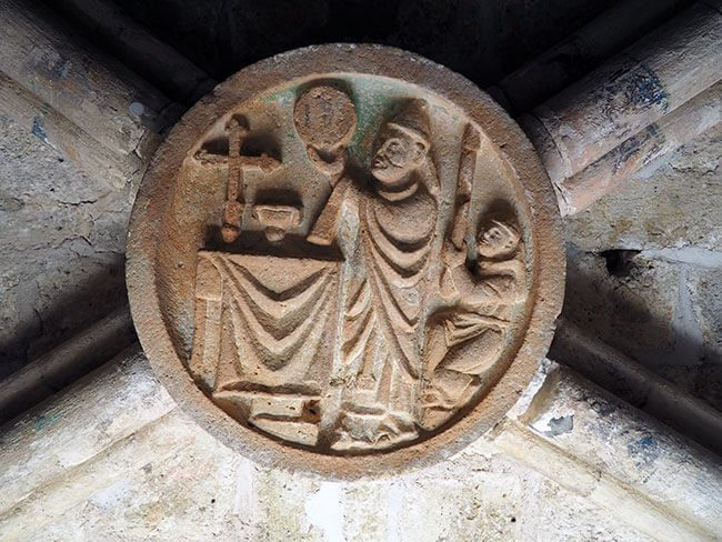 Piedra de bóveda que podemos ver subiendo hacia la torre de la iglesia