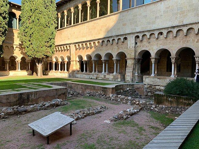 Planta de la antigua iglesia dentro del claustro del monasterio de Sant Cugat del Vallés