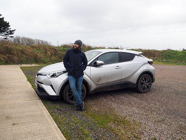 Miguel con nuestro coche de alquiler en Irlanda