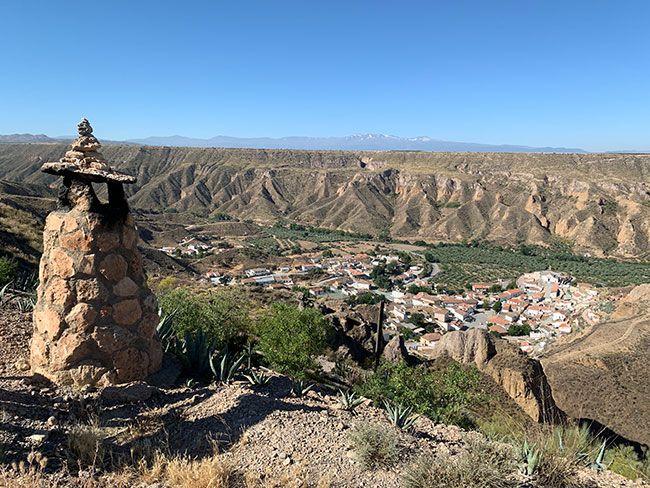 Pueblo de Gorafe desde una de las rutas del desierto