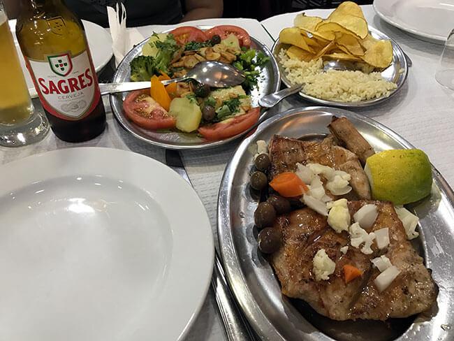 Nuestra comida en Lisboa acompañada de cerveza
