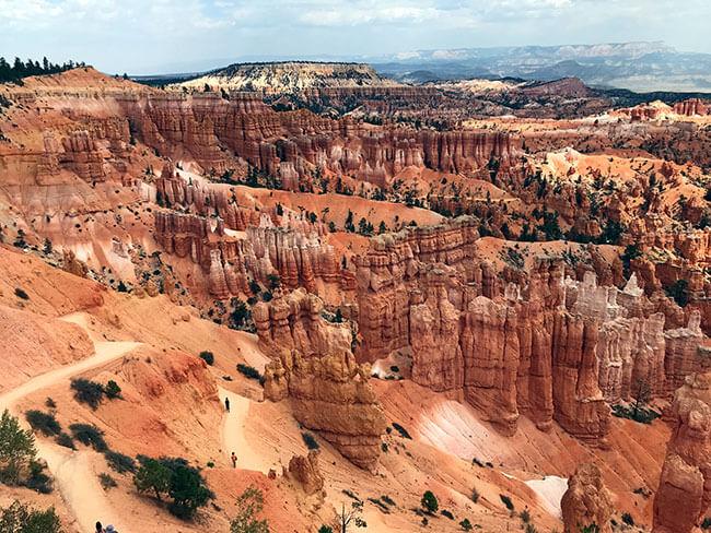 Los inconfundibles agrupamientos de pináculos rocosos alargados de Bryce Canyon