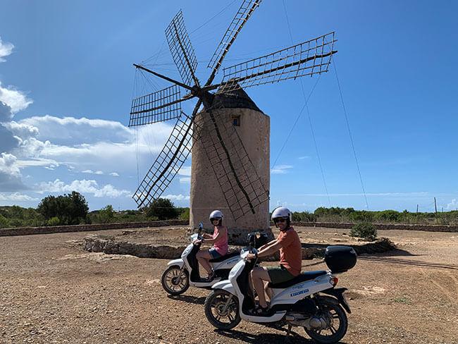 Moli Vell de la Mola en Formentera y las motos Cooltra que nos llevaron por toda la isla
