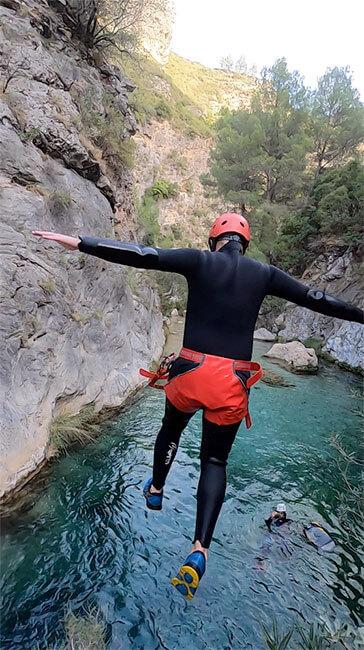 Uno de los saltos de la actividad de barranquísmo en Rio Verde