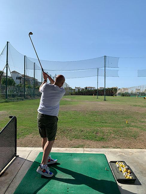 Practicando en la zona de iniciación de Los Moriscos Club de Golf en Motril