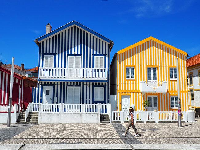 Casitas coloreadas de Costa Nova en Portugal