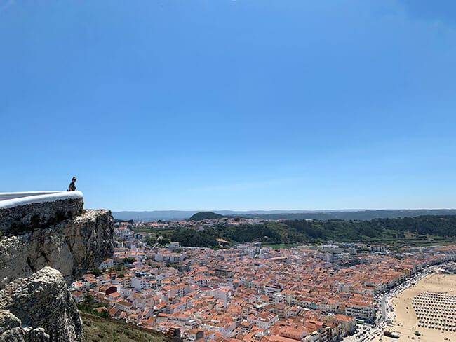 La ciudad y la playa de Nazaré en Portugal