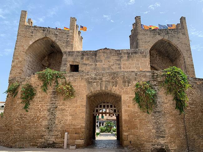 Parte de la muralla de Alcúdia en Mallorca