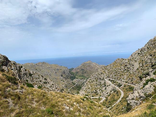 Carretera que baja a la cala de Sa Calobra en Mallorca