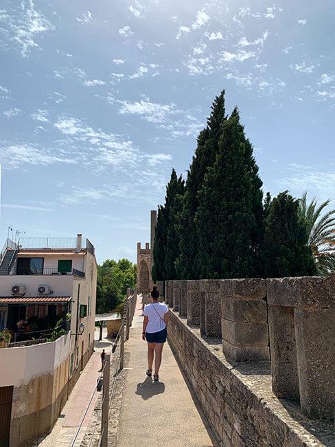 Paseando por la muralla de Alcúdia en Mallorca