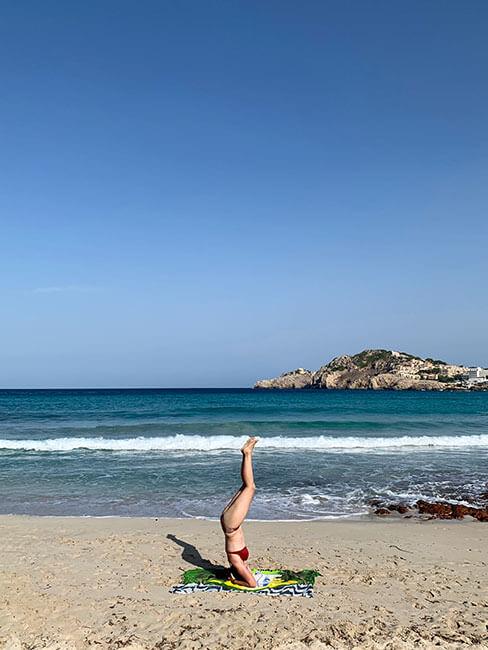Practicando yoga en las playas de Mallorca