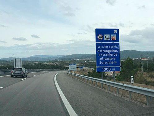 Cartel indicando la zona de pago de peajes en la entrada a Portugal